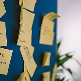 gelbe-post-its-an-blauer-wand