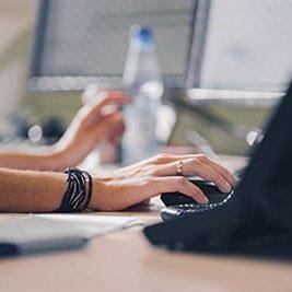 hand-an-der-maus-eines-computers