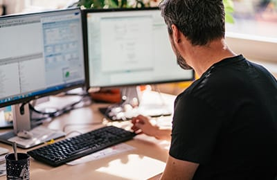 mitarbeiter-von-digital-dialog-am-computer